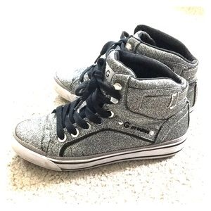 ✨G by guess silver  shoes sz 6 med awesome✨